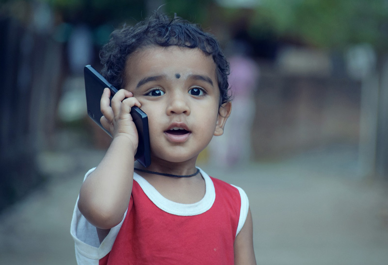 Kind mit Handy (Bild: Pixabay)