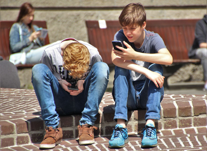 Kids mit Smartphone (Bild: Pixabay)