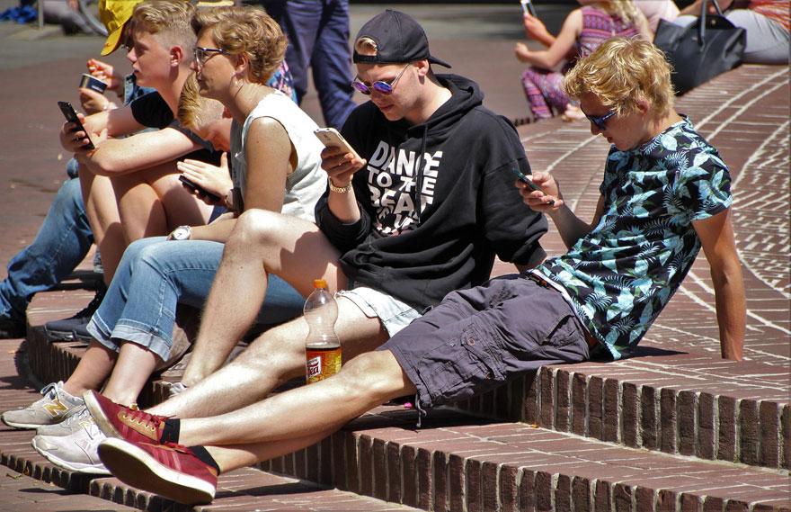 Smartphone-süchtige Teenager (Bild: Pixabay)